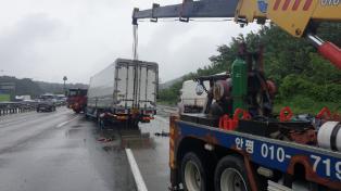 [포토] 경부고속도로 서울 방향 안성분기점 화물차 추돌사고