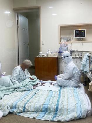 방호복입은 간호사 화투놀이...세상에서 가장 아름다운 모습